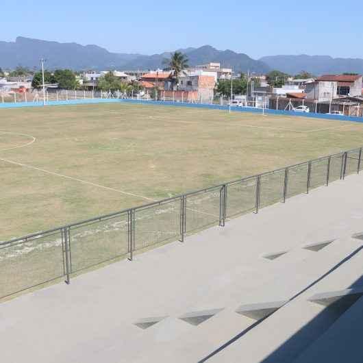 Prefeitura de Caraguatatuba entrega campo de futebol no bairro Golfinhos