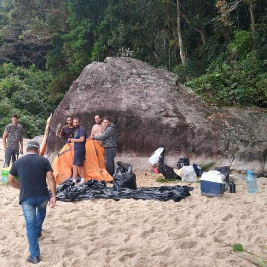 Secretaria de Urbanismo desmonta acampamento de turistas na Praia Brava