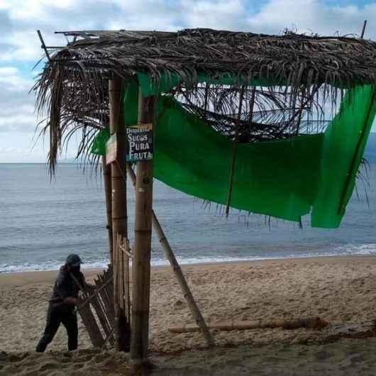 Praia limpa: Prefeitura de Caraguatatuba retira 'quiosque' improvisado da praia Martim de Sá