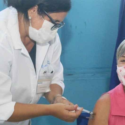 Caraguatatuba vacina profissionais da educação que ainda não receberam a primeira dose da Covid-19