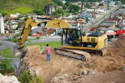 Defesa Civil acompanha retirada de terra em morro do bairro Cidade Jardim
