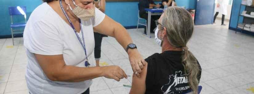 Caraguatatuba aplica segunda dose da vacina contra Covid-19 em profissionais da educação nos dias 5 e 6 de maio