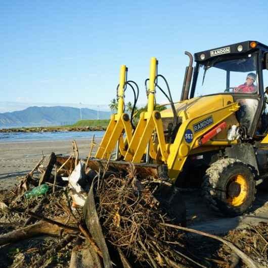 Prefeitura de Caraguatatuba retira 57 toneladas de lixo durante Operação Praia Limpa