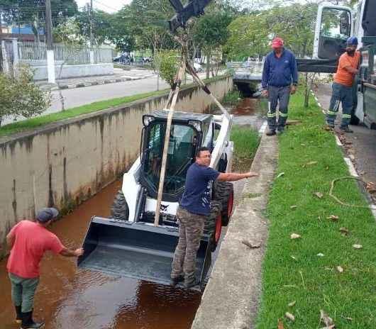 Equipe da Sesep faz desobstrução e limpeza da galeria da Avenida Brasil