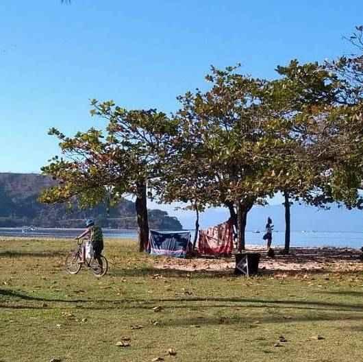 Prefeitura de Caraguatatuba retira barracas de moradores em situação de rua da praia do Centro