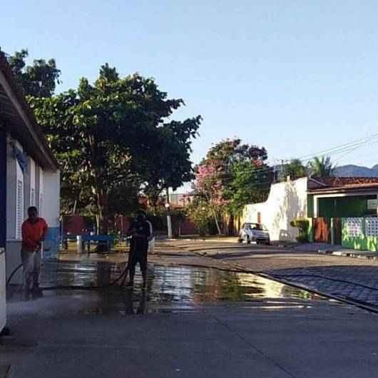 Equipe da Sesep faz lavagem no Entreposto do Porto Novo e na Praça do Jardim Primavera