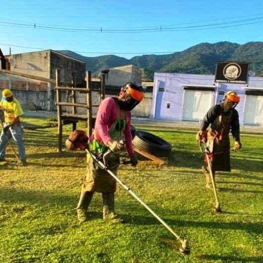 Região Sul de Caraguatatuba segue com serviços de limpeza, roçada e retirada de resíduos