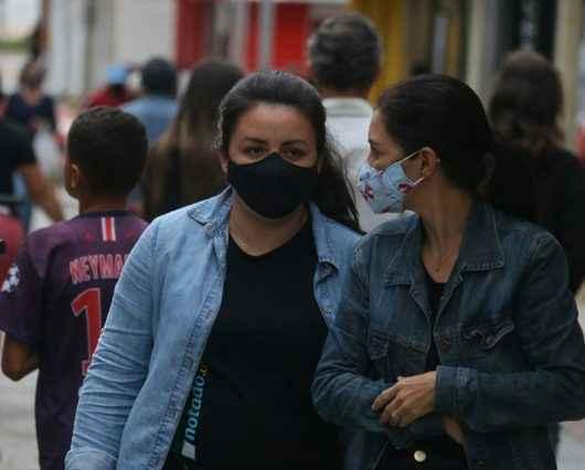 #PraCegoVer: Duas mulheres no Calçadão com roupas de frio (Foto: Luis Gava/PMC)