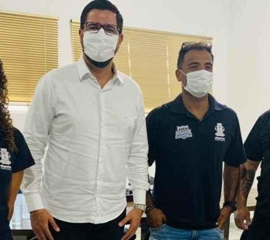 Prefeito Aguilar Junior e secretário de Esporte entregam camisas do projeto Amanhecer Saudável