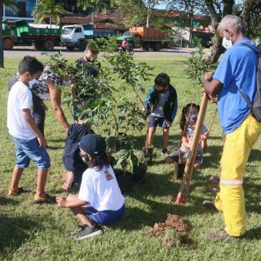 Na semana do Meio Ambiente, Prefeitura planta mudas em futura praça do Sumaré