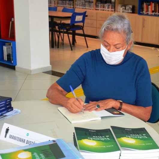 Autora Elilde Browning faz doação de cópias autografadas de seu novo livro 'Voltando a Viver' para Biblioteca Municipal Afonso Schmidt