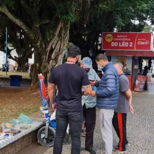 Fiscalização do Comércio aborda ambulantes irregulares no Centro de Caraguatatuba
