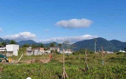 Prefeitura de Caraguatatuba retira cerca de área pública invadida na região sul
