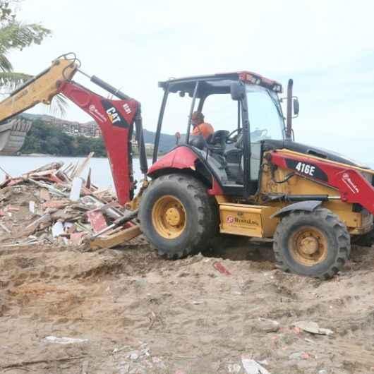 Prefeitura remove estrutura de quiosques danificados pelas ressacas na Praia da Mococa