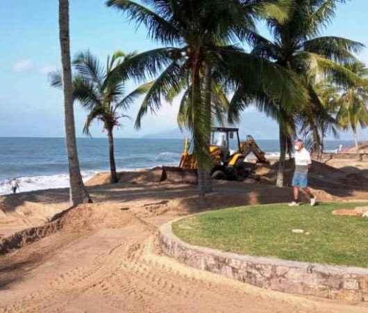 Secretarias de Esportes e Serviços Públicos realizam mutirão para recuperar as quadras esportivas da praia Martim de Sá
