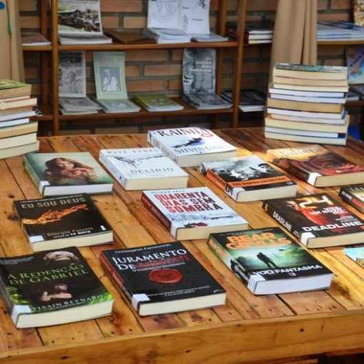 Biblioteca Municipal Afonso Schmidt recebe doação de cerca de 70 novos exemplares para seu acervo
