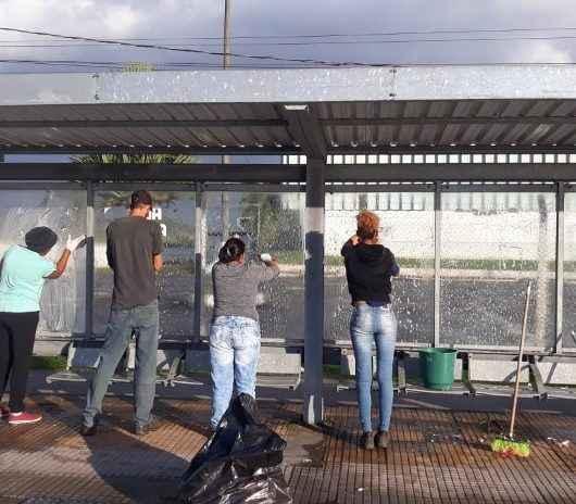 Serviço: Prefeitura de Caraguatatuba faz higienização em abrigos de ônibus