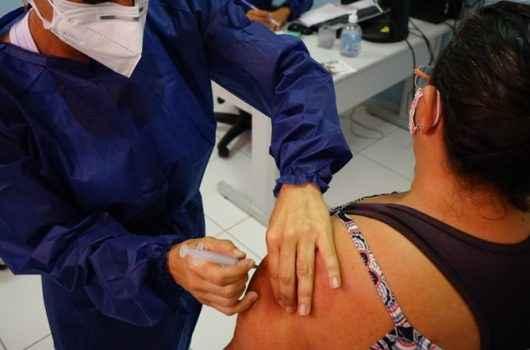 Mais de 5 mil jovens e adultos com mais de 25 anos serão vacinados contra Covid-19 na próxima semana em Caraguatatuba