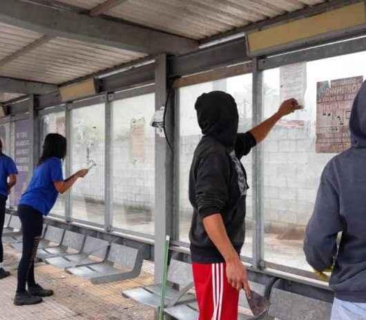 Prefeitura segue com limpeza dos abrigos de ônibus da cidade