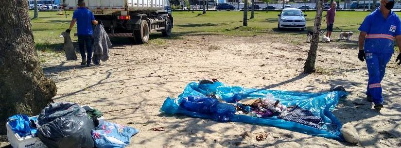 Prefeitura de Caraguatatuba recolhe lixo deixado em acampamento irregular na praia do Centro