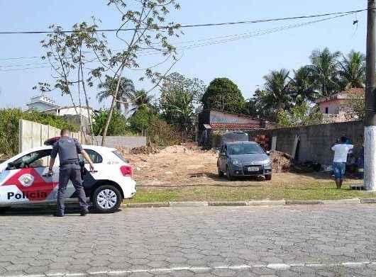 Fiscais da Prefeitura flagram tentativa de construção em área pública no Jardim Britânia