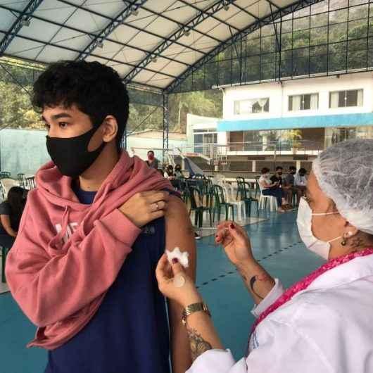 Adolescentes de 15 a 17 anos sem comorbidades começam ser vacinados contra Covid em Caraguatatuba