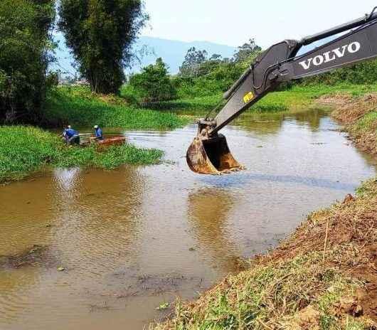 Prefeitura de Caraguatatuba realiza desassoreamento de trecho do Rio Juqueriquerê