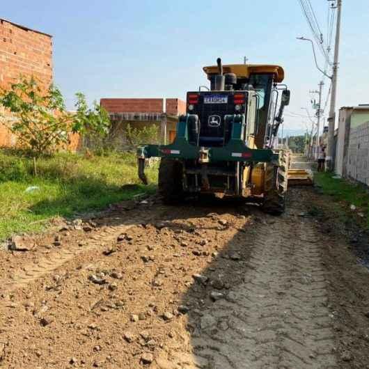 Prefeitura de Caraguatatuba conclui nivelamento mecânico em ruas do Pegorelli