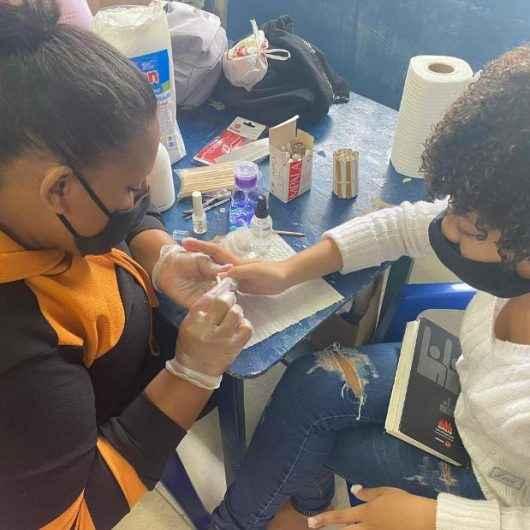 Moradoras do residencial Nova Caraguá II concluem curso de Manicure e recebem kit de trabalho