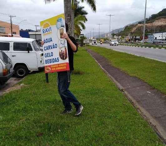 Prefeitura de Caraguatatuba orienta comerciantes sobre placas publicitárias colocadas em locais irregulares