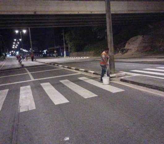 Prefeitura de Caraguatatuba faz pintura de guias durante a madrugada na rodovia