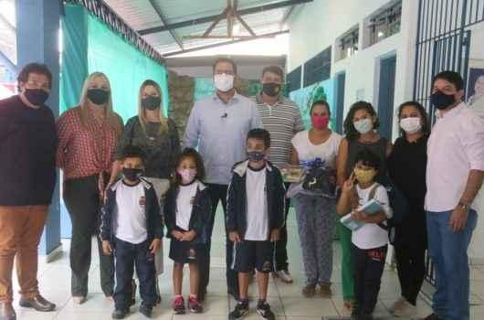 Caraguatatuba inicia entrega de mais de 20 mil kits de uniformes e materiais escolares
