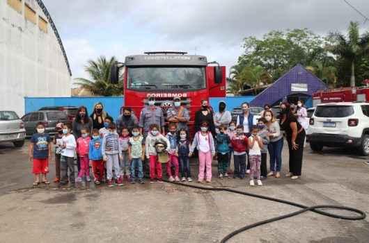 Escola de Caraguatatuba recebe visita de bombeiros dentro da programação da FLIC 2021