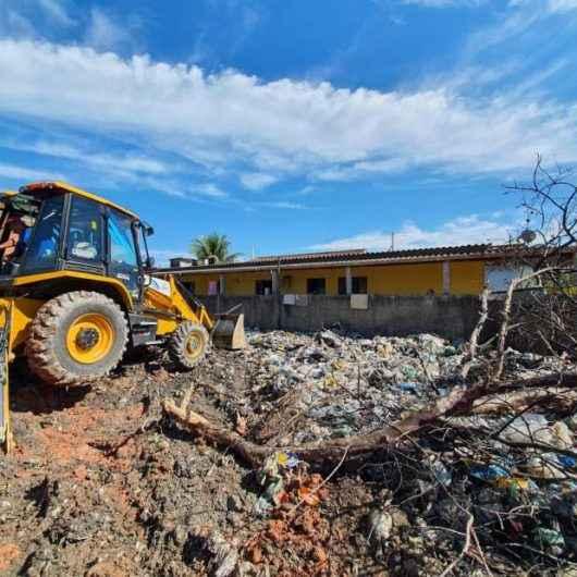 CCZ e Sesep retiram quase 15 toneladas de lixo de antigo depósito de reciclagem no Perequê-Mirim