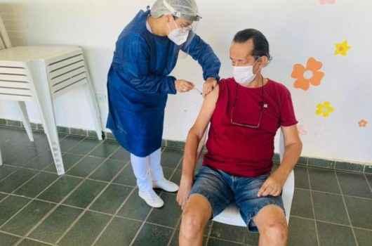 Idosos das Instituições de Longa Permanência começam receber  terceira dose contra Covid-19