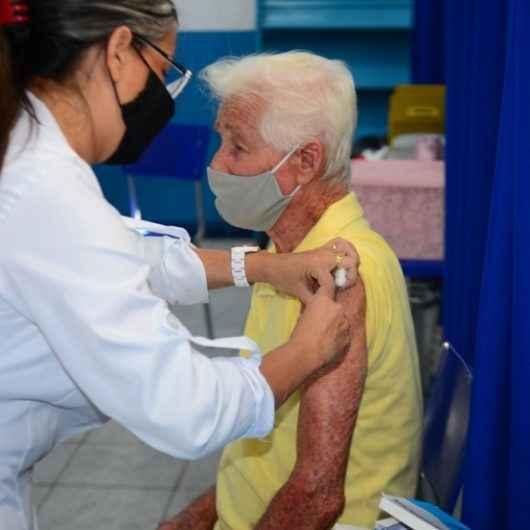 Idosos recebem terceira dose da vacina e adolescentes de 12 a 14 anos a primeira a partir de quarta