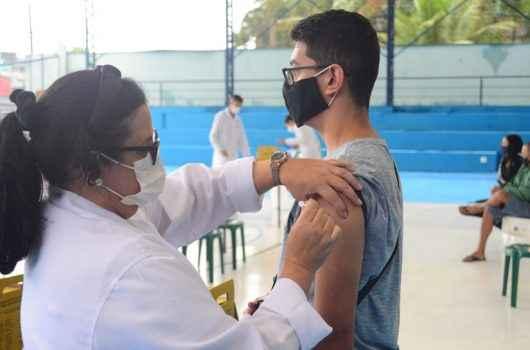 Vacinação contra Covid-19 continua para adultos e adolescentes, em Caraguatatuba