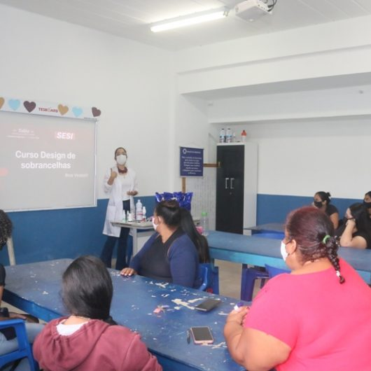 Moradoras do residencial Nova Caraguá II participam de curso de Design de Sobrancelha do SESI