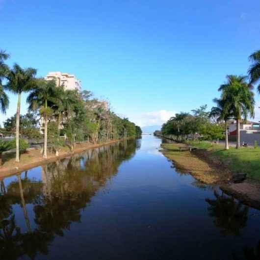 Prefeitura realiza mutirão de limpeza nas margens do Rio Santo Antônio