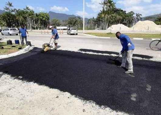 Prefeitura de Caraguatatuba conclui Tapa Buracos em rua da região sul