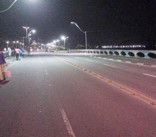 Prefeitura de Caraguatatuba realiza pintura de guias na Avenida da Praia durante a madrugada