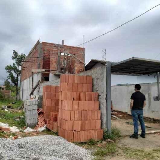 Fiscalização da Prefeitura de Caraguatatuba embarga obra irregular no Golfinhos