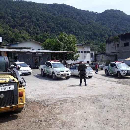 Prefeitura de Caraguatatuba impede invasão de áreas públicas nos bairros Casa Branca e Alto Jetuba