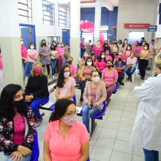 Funcionárias da Prefeitura de Caraguatatuba assistem palestra de prevenção ao câncer de mama