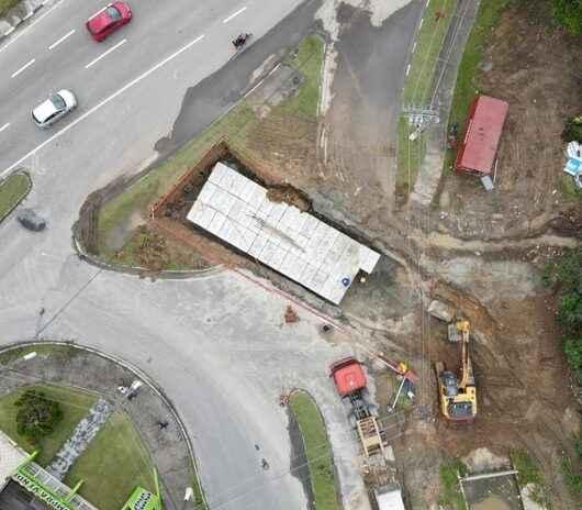Prefeitura de Caraguatatuba conclui instalação de novas aduelas do Canal Extravasor próxima à Rodovia SP-55