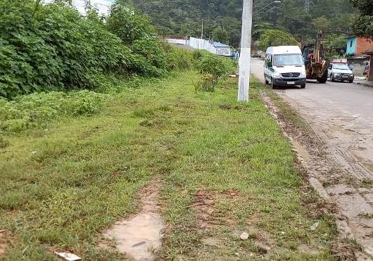 Prefeitura de Caraguatatuba retira cerca em área pública no bairro Casa Branca