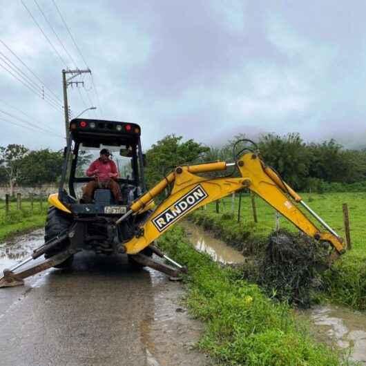 Prefeitura continua com desassoreamento de valas durante período chuvoso
